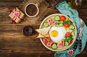 Картинки День святого Валентина Хлеб Кофе Повидло Огурцы Помидоры Яичницы Завтрак Сердце Продукты питания
