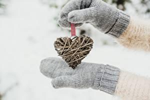 Обои для рабочего стола День всех влюблённых Рука Рукавицы Сердечко