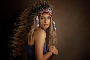 Фотографии Индейский головной убор Индейцы Взгляд молодая женщина
