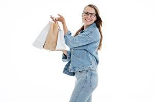 Фото Белым фоном Шатенки Взгляд Очков Улыбка Куртка Джинсы Купили Бумажный пакет девушка