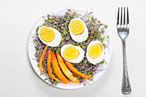 Фотографии Белый фон Тарелке Яйцами Вилки Продукты питания
