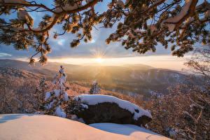 Обои Зимние Камень Рассвет и закат Пейзаж Снег Ветвь Лучи света Природа