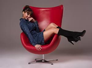 Фото Кресло Позирует Сидящие Ног Красивая Сапогов Платья Улыбается Прически Шатенки Ana Victoria девушка