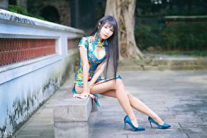 Фото Азиатки Скамья Сидящие Ног Туфель Платья Вырез на платье Брюнетки Смотрит Боке девушка