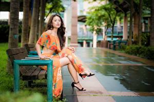 Обои Азиатки Боке Скамья Сидящие Ног Шатенки девушка