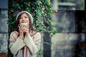 Фото Азиатки Боке Рука Кружки Шатенки девушка
