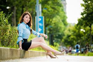 Фотография Азиатки Боке Сидящие Ног Туфель Юбки Шатенки Девушка Девушки