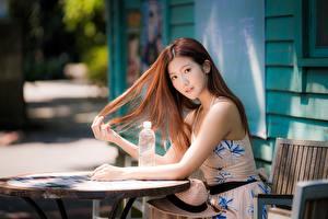 Обои Азиатки Боке Стола Сидящие Платья Шатенки Волос Миленькие Смотрит девушка