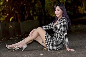 Картинка Азиаты Сидит Ног Шатенки Брюнетка молодые женщины