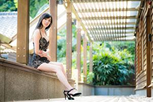 Фотографии Азиатка Сидящие Поза Платье Брюнеток Ног Девушки