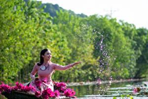 Обои Азиатки Водяные лилии Лодки Брюнетки С брызгами Рука Сидящие девушка