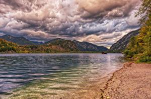 Фотография Австрия Озеро Гора Берег Осенние Облачно HDRI Lake Almsee Habernau