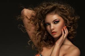 Обои На черном фоне Рука Шатенки Мейкап Лица Смотрит Миленькие Красивая Волос Прически девушка