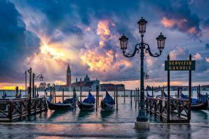 Фотографии Лодки Италия Набережная Венеция Уличные фонари Облака