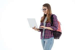 Обои Шатенки Очках Улыбка Рубашка Белым фоном Ноутбуки Рюкзак молодые женщины