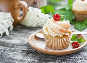 Фото Пирожное Десерт Малина Капкейк кекс Блюдце Еда