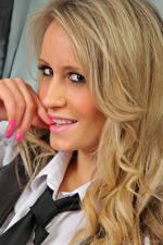 Фотографии Candice Collyer Пальцы Блондинки Волос Смотрит Галстуком Маникюра Лица девушка