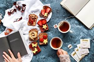 Картинка Конфеты Бутерброды Чай Хлеб Рука Книги Чашка Звездочки Пища