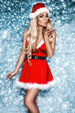 Обои Новый год Блондинка Платье Шапки Руки Девушки