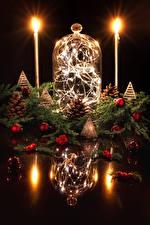 Фото Новый год Свечи Ягоды Дизайн Отражение Ветки Шишки Шарики