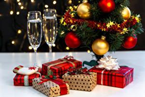 Картинки Новый год Шампанское Елка Шарики Подарки Бокалы