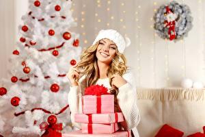 Фотография Новый год Елка Шарики Коробка Подарки Блондинка Улыбка Свитер Шапки Девушки