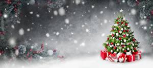 Обои для рабочего стола Рождество Елка Подарки Снегу