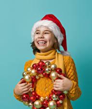 Картинка Новый год Цветной фон Девочки Улыбка Шапки Шарики Руки Дети