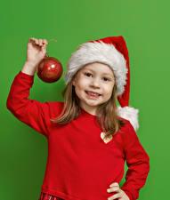 Фото Новый год Цветной фон Девочки Шапки Руки Шарики Взгляд Дети