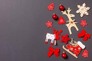 Картинки Новый год Олени Серый фон Шаблон поздравительной открытки Снежинки Коньки