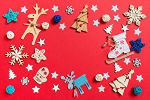 Картинки Новый год Олени Шаблон поздравительной открытки Красный фон Снежинки Звездочки Коньки