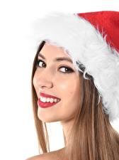 Фотографии Рождество Лицо Шатенки Взгляд Улыбается Шапка Белым фоном Девушки