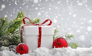 Фотографии Новый год Подарки Снеге Коробка