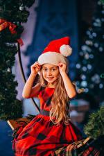 Картинка Новый год Девочки Шапки Руки Взгляд Сидит Платье Дети