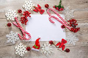 Фото Новый год Леденцы Ягоды Доски Шаблон поздравительной открытки Снежинки Шарики Шапки