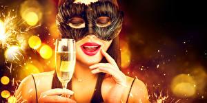 Обои Новый год Маски Шампанское Пальцы Лицо Красные губы Бокалы Девушки