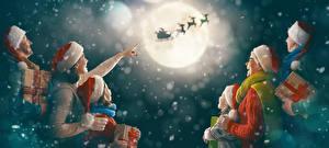 Фотографии Новый год Мама Мужчины Небо Олени Девочки Луна Шапки Подарки Семья Сани Полет