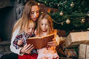 Картинка Рождество Мать Втроем Мальчик Девочка Книги Подарок ребёнок Девушки