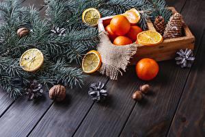 Картинка Новый год Орехи Мандарины Доски Ветки Шишки
