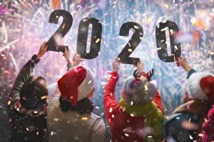 Картинка Новый год Люди 2020 Руки Сзади Конфетти