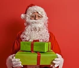 Фотография Новый год Красный фон Дед Мороз Подарки Борода Взгляд