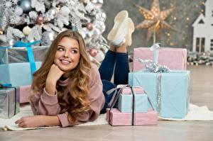 Фотографии Новый год Улыбка Взгляд Подарки Руки Лежит Шатенка Красивые Девушки