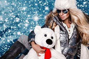 Обои Новый год Мишки Блондинка Очки Снег Гламур Девушки