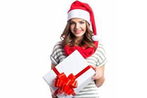Фотография Рождество Белом фоне Шатенка Улыбается Смотрят Шапки Подарки молодые женщины