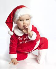 Обои Новый год Белый фон Младенцы Униформа Шапки Взгляд Дети