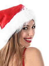 Обои для рабочего стола Новый год Белом фоне В шапке Шатенки Смотрят Улыбается девушка