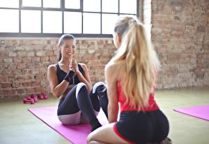 Картинка Фитнес Азиаты Два Блондинки Улыбка Тренировка Красивые спортивные Девушки