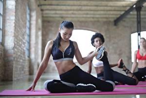 Фотографии Фитнес Азиатки Тренируется Сидящие Растягивается Униформе Ног Брюнетки девушка