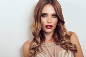Картинки Смотрят Мейкап Красные губы Волосы Фотомодель Красивый Прически Девушки