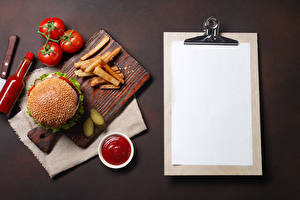 Фотография Гамбургер Помидоры Картофель фри Шаблон поздравительной открытки Разделочная доска Кетчупом Бутылки Лист бумаги Еда